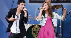 """Singers Joe Jonas and Demi Lovato perform on ABC's """"Good Morning America"""" in New York August 13, 2010. REUTERS/Lucas Jackson (UNITED STATES - Tags: ENTERTAINMENT)"""