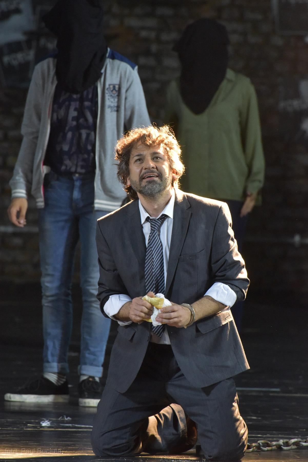 Marius Vlad Budoiu pe scena Operei Nationale Bucuresti in rolul Florestan din opera Fidelio de Ludwig van Beethoven